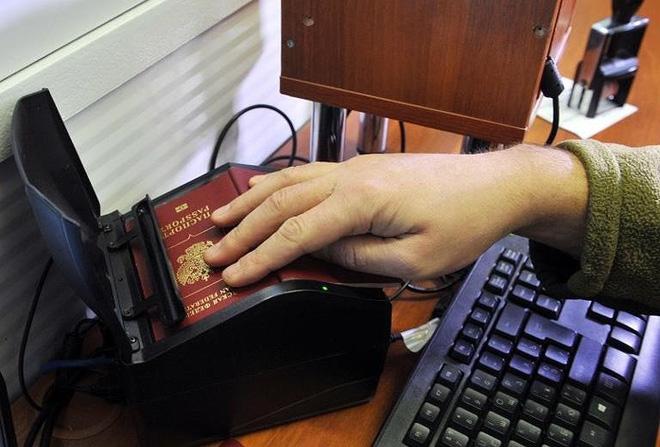 Ukraine coi hộ chiếu Nga cấp cho dân Donbass vô giá trị - Ảnh 3.