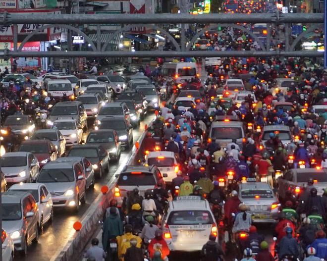 TP HCM sau trận mưa đầu mùa: Đường ngập, xe cộ kẹt cứng - Ảnh 1.