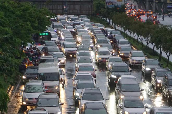 TP HCM sau trận mưa đầu mùa: Đường ngập, xe cộ kẹt cứng - Ảnh 2.