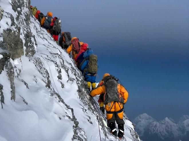 10 sự thực nhiều người chưa biết về hành trình chinh phục Everest: Siêu tốn kém, chuẩn bị không kỹ thì chỉ bỏ mạng - Ảnh 1.
