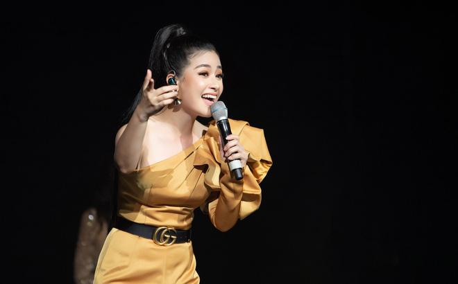 Dương Hoàng Yến mặc gợi cảm, hát hit 30 triệu view