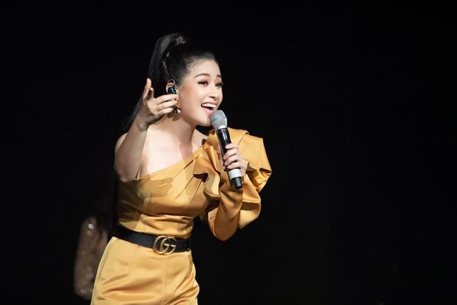 Dương Hoàng Yến mặc gợi cảm, hát hit 30 triệu view - Ảnh 7.
