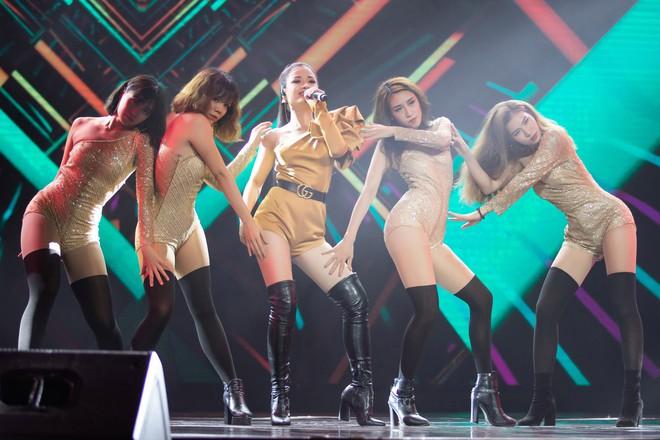 Dương Hoàng Yến mặc gợi cảm, hát hit 30 triệu view - Ảnh 4.