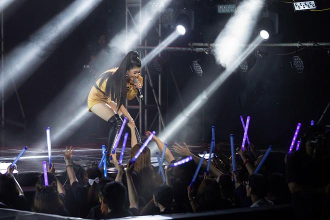 Dương Hoàng Yến mặc gợi cảm, hát hit 30 triệu view - Ảnh 3.