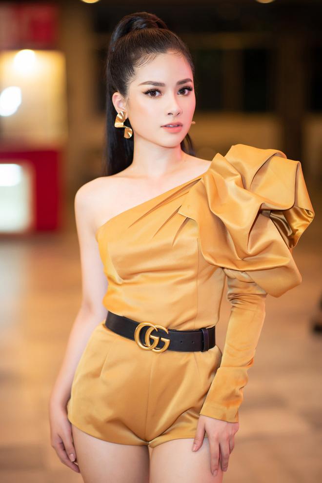 Dương Hoàng Yến mặc gợi cảm, hát hit 30 triệu view - Ảnh 1.