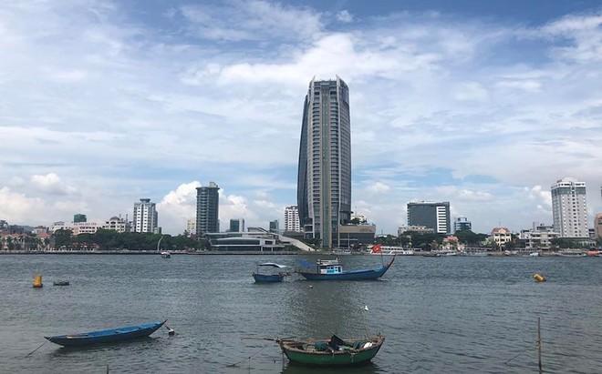 Cấm dùng tàu đánh cá chở khách xem pháo hoa trên sông Hàn - Ảnh 1.