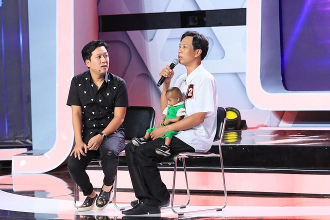 Xúc động cảnh Trấn Thành bế cậu bé 11 tuổi cao 60cm, nặng 3,9 kg và tặng tiền nuôi dưỡng - Ảnh 5.