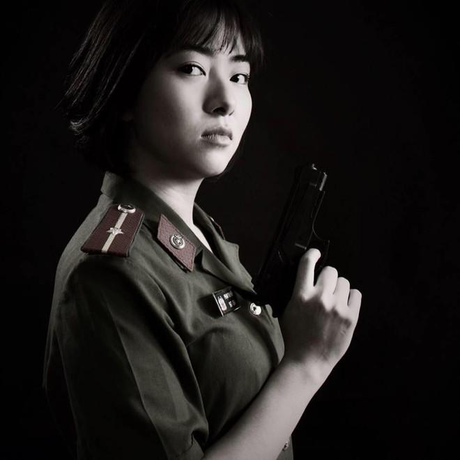 Nhan sắc nữ thiếu úy công an bị Việt Sói bắt cóc, đánh bầm dập trong phim Mê cung - Ảnh 1.