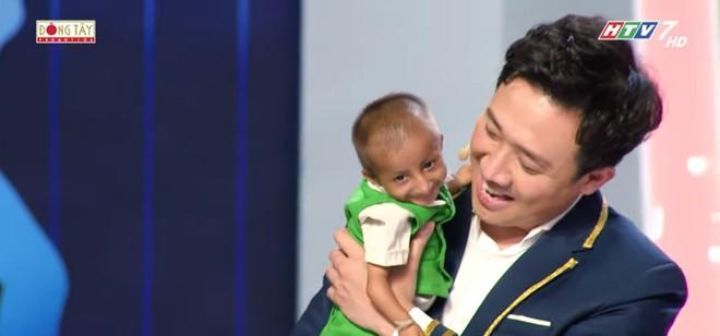 Xúc động cảnh Trấn Thành bế cậu bé 11 tuổi cao 60cm, nặng 3,9 kg và tặng tiền nuôi dưỡng - Ảnh 6.