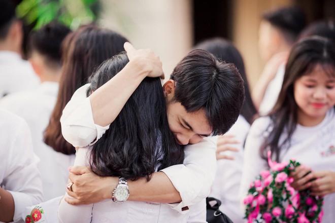Vừa khóc lóc đòi ôm crush ngày cuối cùng của đời học sinh, cậu bạn liền quay ngoắt biểu cảm sung sướng thoả mãn cực hài - Ảnh 3.
