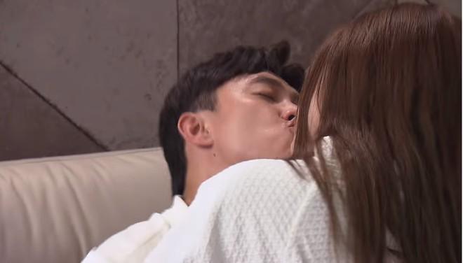 Phim Về nhà đi con: Đi trăng mật với vợ, Vũ vẫn ngang nhiên vào khách sạn với gái mới quen - Ảnh 1.