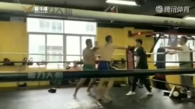 Thất bại ô nhục, võ sư Thiếu Lâm giả vờ bắt tay rồi… chọc vào mắt võ sĩ MMA - Ảnh 4.