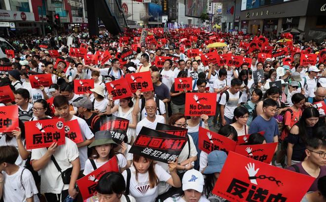 """""""Chọc ổ kiến lửa"""", Mỹ ủng hộ mạnh người Hồng Kông biểu tình phản đối dự luật dẫn độ sang TQ"""