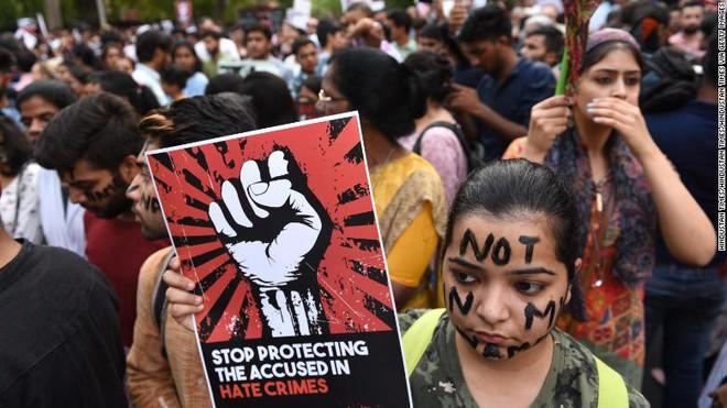 Phẫn nộ quan chức, cảnh sát Ấn Độ hiếp dâm và giết hại bé gái 8 tuổi - Ảnh 1.