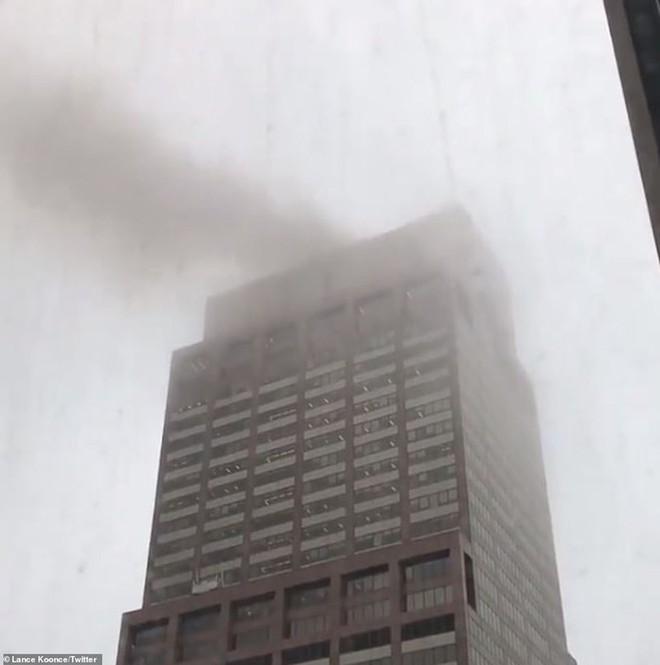Hiện trường vụ trực thăng lao vào tòa nhà 54 tầng ở New York - Ảnh 1.
