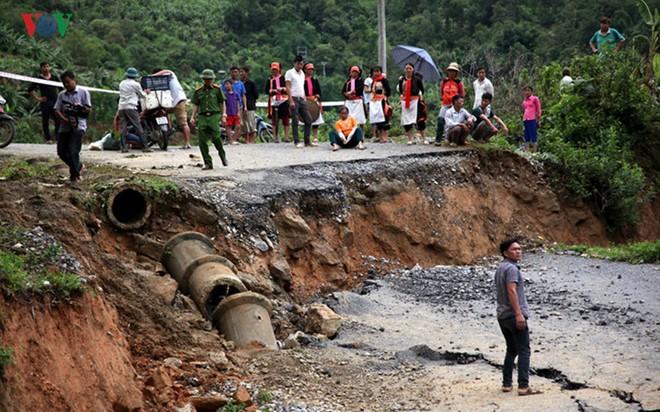 Ảnh: Sạt trượt đường tỉnh lộ, đe dọa cô lập 8 xã biên giới Lai Châu - Ảnh 2.