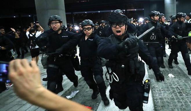 Hong Kong: Hàng ngàn cửa hiệu cho nhân viên nghỉ làm để tham gia biểu tình - Ảnh 1.