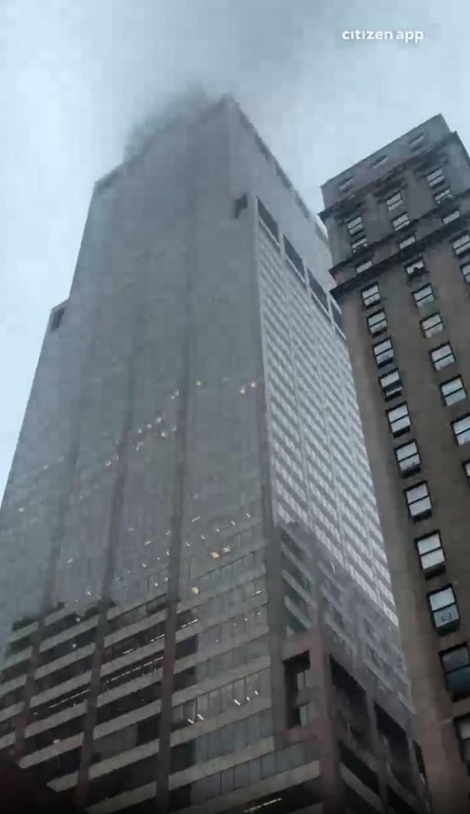 Hiện trường vụ trực thăng lao vào tòa nhà 54 tầng ở New York - Ảnh 12.