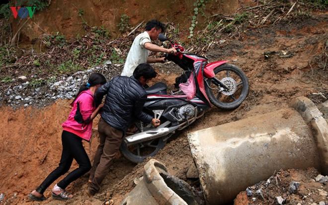 Ảnh: Sạt trượt đường tỉnh lộ, đe dọa cô lập 8 xã biên giới Lai Châu - Ảnh 13.