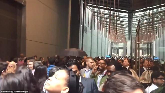 Hiện trường vụ trực thăng lao vào tòa nhà 54 tầng ở New York - Ảnh 5.