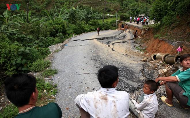 Ảnh: Sạt trượt đường tỉnh lộ, đe dọa cô lập 8 xã biên giới Lai Châu - Ảnh 5.