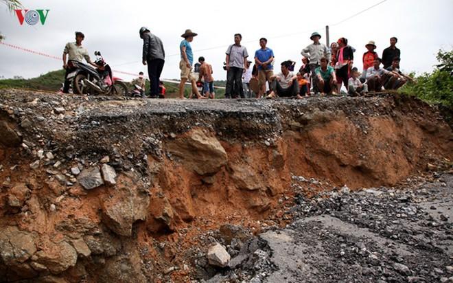 Ảnh: Sạt trượt đường tỉnh lộ, đe dọa cô lập 8 xã biên giới Lai Châu - Ảnh 6.