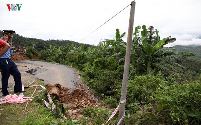 Ảnh: Sạt trượt đường tỉnh lộ, đe dọa cô lập 8 xã biên giới Lai Châu - Ảnh 9.
