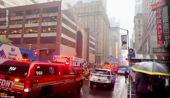 Hiện trường vụ trực thăng lao vào tòa nhà 54 tầng ở New York - Ảnh 9.