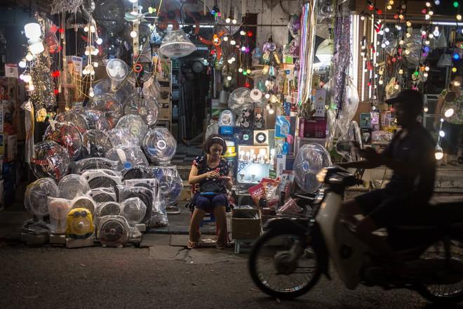 24h qua ảnh: Người phụ nữ bán quạt điện ở phố cổ Hà Nội - Ảnh 2.