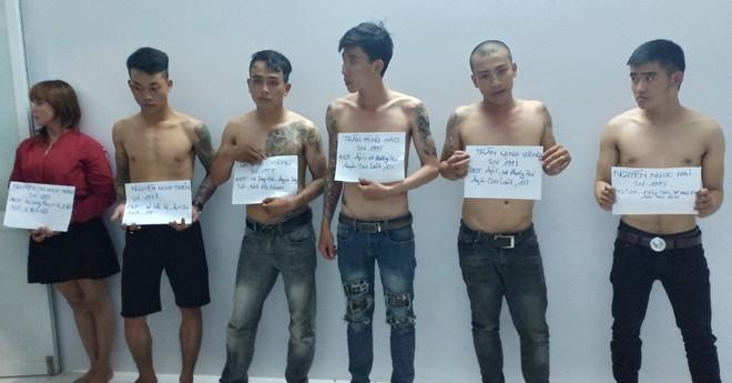 Bắt giữ nhóm thanh niên say xỉn 'xăm trổ, dương tính ma tuý' đánh cảnh sát - Ảnh 1.