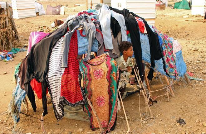 24h qua ảnh: Người phụ nữ bán quạt điện ở phố cổ Hà Nội - Ảnh 10.