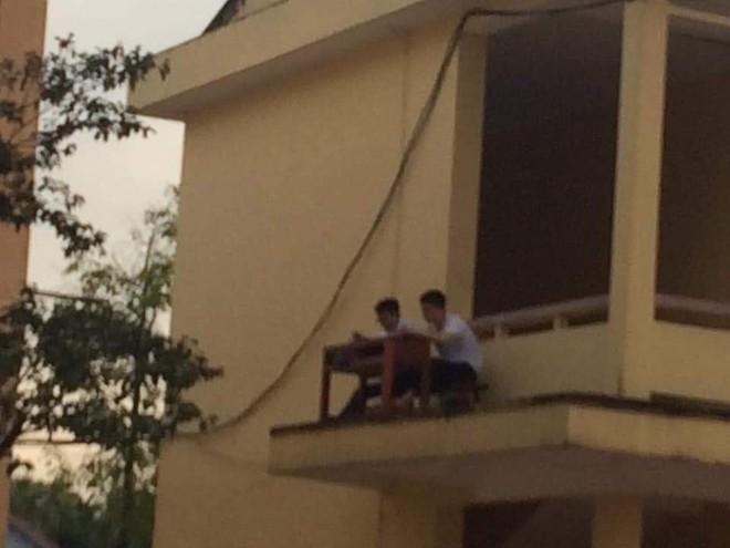 Quá nóng, 2 nam sinh mang bàn ghế ra ngoài lan can để hóng gió học bài - Ảnh 3.