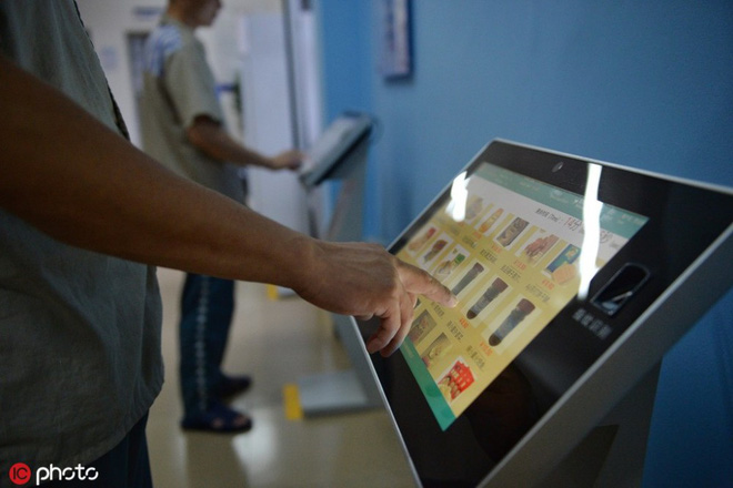 Nhà tù Trung Quốc cho phép tù nhân mua sắm online - Ảnh 1.