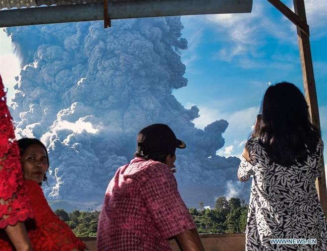 Núi lửa phun như ngày tận thế ở Bắc Sumatra, Indonesia - Ảnh 1.