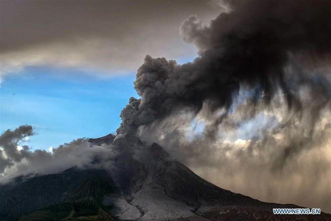 Núi lửa phun như ngày tận thế ở Bắc Sumatra, Indonesia - Ảnh 2.