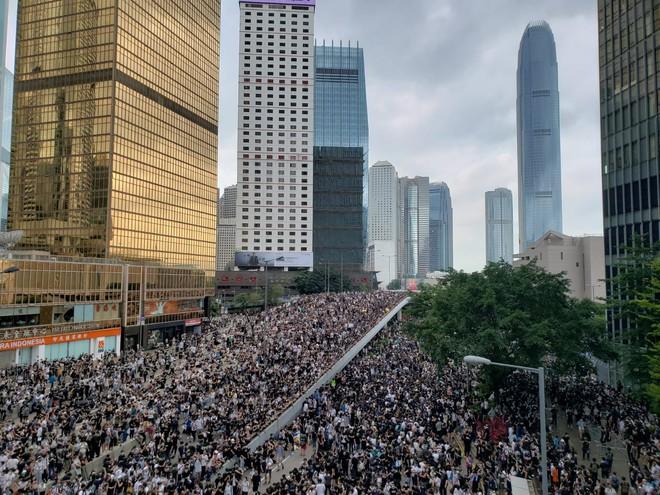 Hồng Kông: Hoãn tranh luận dự luật dẫn độ, người biểu tình vẫn vây chặt các cơ quan, lật vỉa hè lấy gạch đắp lũy - Ảnh 3.