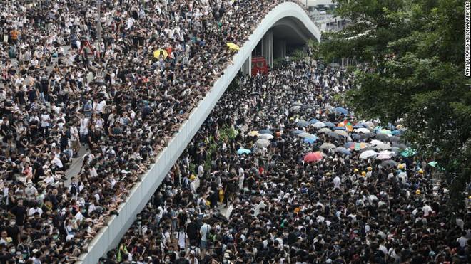 Hồng Kông: Hoãn tranh luận dự luật dẫn độ, người biểu tình vẫn vây chặt các cơ quan, lật vỉa hè lấy gạch đắp lũy - Ảnh 1.