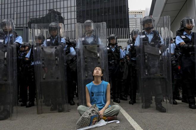 Hồng Kông: Hoãn tranh luận dự luật dẫn độ, người biểu tình vẫn vây chặt các cơ quan, lật vỉa hè lấy gạch đắp lũy - Ảnh 2.