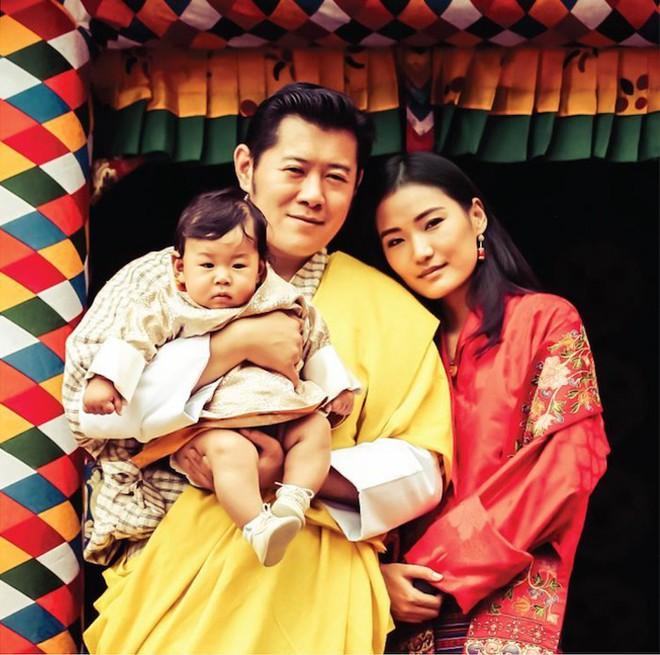 Vương quốc hạnh phúc Bhutan công bố hình ảnh mới nhất của hoàng tử bé khiến nhiều người ngỡ ngàng vì thay đổi quá nhiều - Ảnh 1.