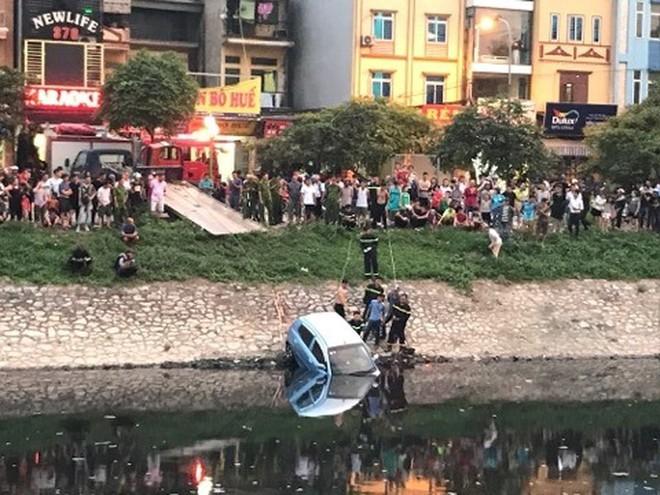 Xe ô tô bất ngờ 'tắm' sông Tô Lịch - Ảnh 1.