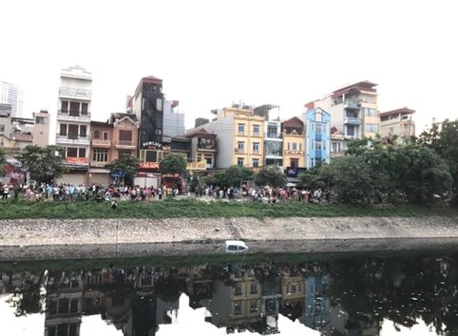 Xe ô tô bất ngờ 'tắm' sông Tô Lịch - Ảnh 2.