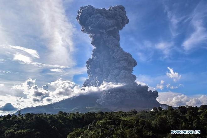 Núi lửa phun như ngày tận thế ở Bắc Sumatra, Indonesia - Ảnh 3.