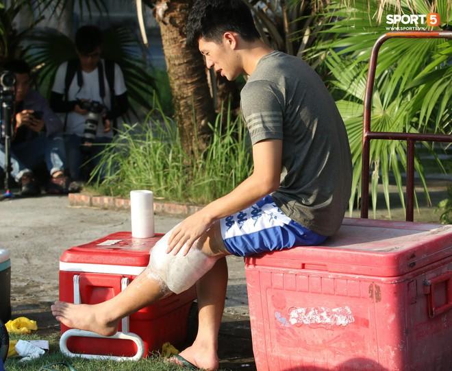 Đình Trọng xem đồng đội tập luyện, làm việc vặt giết thời gian trong khi chờ sang Singapore phẫu thuật - Ảnh 3.