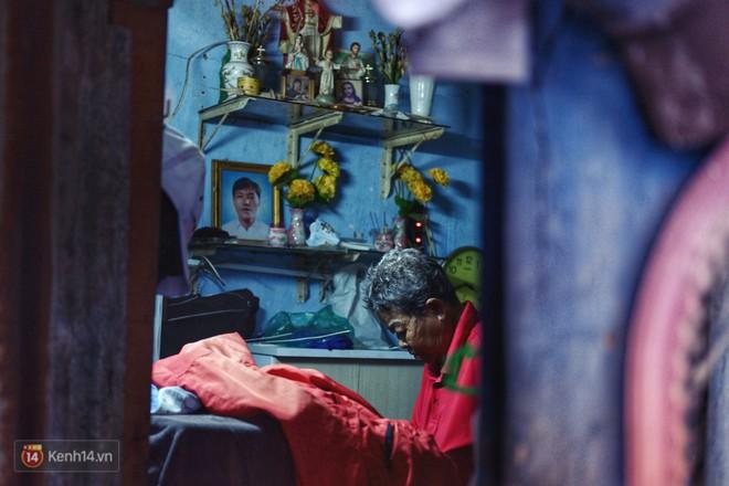 Cụ bà 73 tuổi chạy xe ôm công nghệ để nuôi cháu ở Sài Gòn: Nhiều khi buồn tủi lắm, dính mưa là về bệnh nằm luôn... - Ảnh 6.