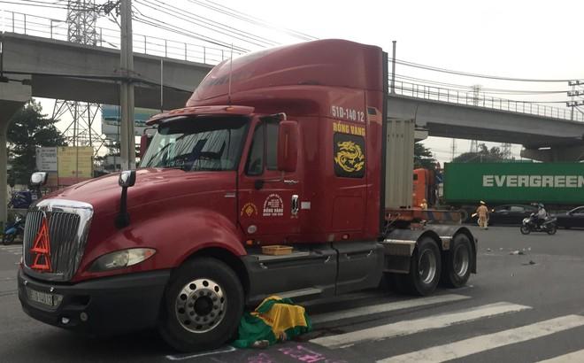 Nâng xe container để đưa thi thể cụ ông bị mắc kẹt ra ngoài, sau vụ tai nạn ở Sài Gòn