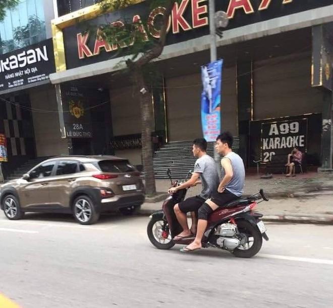 Xôn xao hình ảnh Đình Trọng và Văn Kiên đi xe máy không đội mũ bảo hiểm trên phố Hà Nội - Ảnh 1.