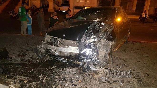 Xe Mercedes nát đầu khi đâm vào chân cầu vượt Láng Hạ lúc nửa đêm - Ảnh 1.
