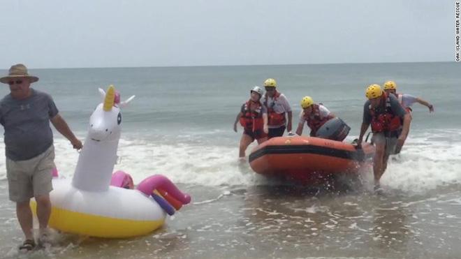 Bé trai cưỡi phao hơi khổng lồ bị sóng đánh trôi tuột ra biển, huy động lực lượng cứu hộ phóng cano ra đưa vào bờ - Ảnh 1.