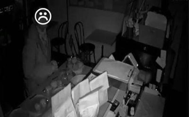 Tên trộm 'đói nhất quả đất': Ngồi ăn bánh mì trong tiệm suốt 4 tiếng mới chịu cuỗm tiền rời đi