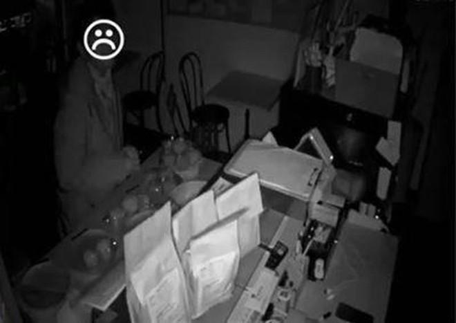 Tên trộm đói nhất quả đất: Ngồi ăn bánh mì trong tiệm suốt 4 tiếng mới chịu cuỗm tiền rời đi - Ảnh 2.